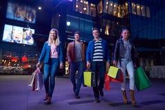 Grupo de amigos que gozan que hace compras Imagen de archivo libre de regalías