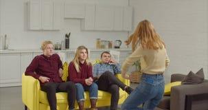 Grupo de amigos que jogam charadas junto em casa video estoque