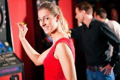 Grupo de amigos que jogam dardos Fotografia de Stock Royalty Free
