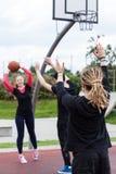 Grupo de amigos que juegan a baloncesto Imágenes de archivo libres de regalías