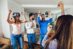Grupo de amigos que juegan Karaoke en casa Concepto sobre amistad fotos de archivo