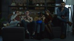 Grupo de amigos que miran película de terror en casa almacen de video