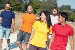 Grupo de amigos que recorren afuera Foto de archivo libre de regalías