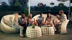 Grupo de amigos que relaxam em uma barra de luxo video estoque