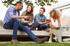 Grupo de amigos que relaxam pela ponte da torre em Londres Imagens de Stock Royalty Free