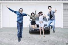 Grupo de amigos que saltan en garaje imagen de archivo