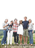 Grupo de amigos que se colocan al aire libre Fotografía de archivo libre de regalías