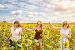 Grupo de amigos que se divierten al aire libre Foto de archivo