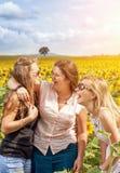 Grupo de amigos que se divierten al aire libre Imágenes de archivo libres de regalías