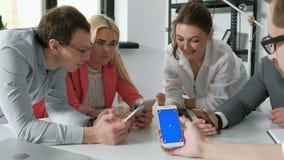 Grupo de amigos que se divierten así como smartphones - primer del establecimiento de una red social de las manos con los teléfon almacen de metraje de vídeo