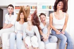 Grupo de amigos que se divierten en casa Fotografía de archivo