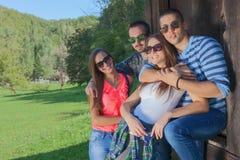 Grupo de amigos que se divierten en el día soleado idílico Imagen de archivo