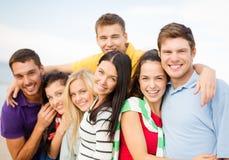 Grupo de amigos que se divierten en la playa Imagen de archivo libre de regalías