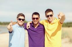 Grupo de amigos que se divierten en la playa Foto de archivo