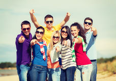 Grupo de amigos que se divierten en la playa Imagen de archivo