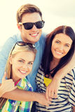 Grupo de amigos que se divierten en la playa Foto de archivo libre de regalías