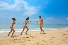 Grupo de amigos que se divierten en la playa Imagenes de archivo