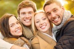 Grupo de amigos que se divierten en parque del otoño Foto de archivo libre de regalías