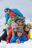 Grupo de amigos que se divierten en Ski Holiday In Mountains Fotos de archivo libres de regalías