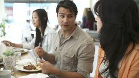 Grupo de amigos que se encuentran para el almuerzo en cafetería almacen de metraje de vídeo