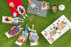 Grupo de amigos que se sientan en un círculo Fotos de archivo libres de regalías