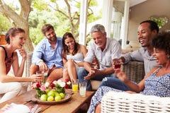 Grupo de amigos que socializam em um conservatório foto de stock royalty free