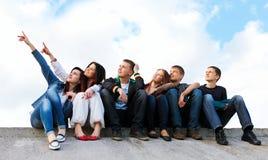 Grupo de amigos que sorriem ao ar livre Fotos de Stock Royalty Free