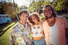 Grupo de amigos que sorriem junto no parque Fotos de Stock