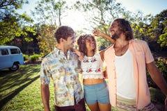 Grupo de amigos que sorriem junto no parque Fotos de Stock Royalty Free