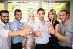 Grupo de amigos que sostienen los vidrios de champán Fotos de archivo libres de regalías