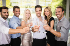 Grupo de amigos que sostienen los vidrios de champán Fotos de archivo