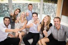 Grupo de amigos que sostienen los vidrios de champán Fotografía de archivo