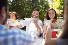 Grupo de amigos que têm o almoço Foto de Stock