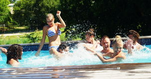 Grupo de amigos que têm o divertimento na piscina vídeos de arquivo