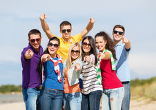 Grupo de amigos que têm o divertimento na praia Foto de Stock