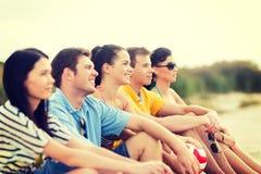 Grupo de amigos que têm o divertimento na praia Imagens de Stock