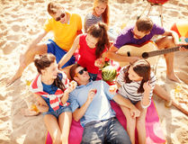 Grupo de amigos que têm o divertimento na praia fotos de stock