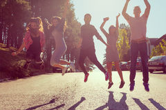 Grupo de amigos que tienen la diversión y salto Fotografía de archivo libre de regalías