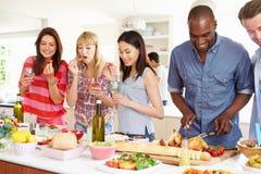 Grupo de amigos que tienen partido de cena en casa Fotos de archivo