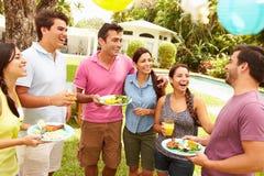 Grupo de amigos que tienen partido en patio trasero en casa Imagen de archivo