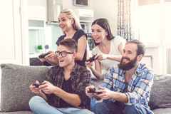 Grupo de amigos que tienen partido junto en casa imagen de archivo libre de regalías