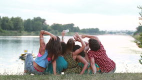 Grupo de amigos que tienen un gran rato que toma selfies almacen de video