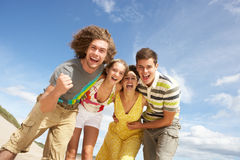 Grupo de amigos que têm o divertimento O Fotos de Stock Royalty Free