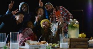 Grupo de amigos que tomam um selfie em um partido do telhado imagem de stock