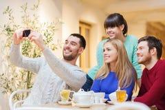 Grupo de amigos que toman el selfie con smartphone Foto de archivo