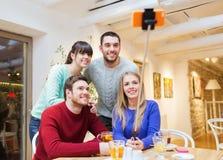 Grupo de amigos que toman el selfie con smartphone Imagen de archivo libre de regalías