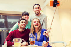 Grupo de amigos que toman el selfie con smartphone Foto de archivo libre de regalías