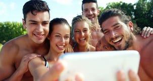 Grupo de amigos que toman el selfie del teléfono móvil almacen de metraje de vídeo