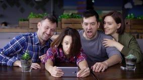 Grupo de amigos que toman el selfie en restaurante almacen de video