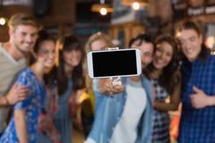 Grupo de amigos que toman el selfie a través del teléfono móvil Fotografía de archivo